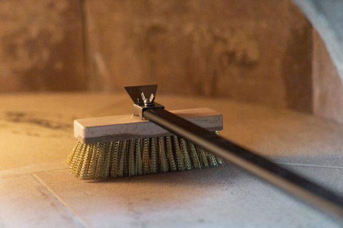 Spazzola orientabile setole in ott.20x6,6 cm con raschietto manico nero 1.80 mt